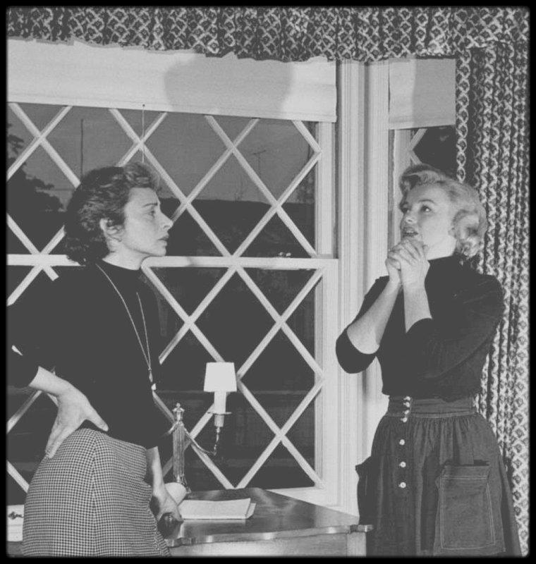 """1952 / Marilyn et sa coach du moment Natasha LYTESS en pleine répétitions, sous l'objectif d'Andre DE DIENES / ANDRE SE SOUVIENT... Marilyn venait de temps en temps me rendre visite à l'improviste. Au cours de l'une de ses visites, le téléphone ne sonna qu'une seule fois. Une voix de femme furieuse que je reconnus immédiatement demanda à parler à Marilyn. C'était Natasha LYTESS, sa professeur d'art dramatique, qui contrôlait alors sa carrière. Quand je lui répondis que j'ignorais où se trouvait Marilyn, elle me traita de menteur et hurla qu'elle savait qu'elle était chez moi. Je n'oublierai jamais cette scène. Marilyn et moi étions allongés côte à côte sur le tapis du salon, tous les deux transfigurés et envoûtés par la belle voix de soprano dans le premier acte de """"La Bohème"""". (...) Marilyn était en larmes, émue par la musique, quand la sonnerie du téléphone et la voix hargneuse de Natasha nous interrompit. Quand elle raccrocha, je criai à Marilyn qu'elle avait été stupide de dire à cette femme où elle serait l'après-midi. Elle partit précipitemment, très inquiète."""