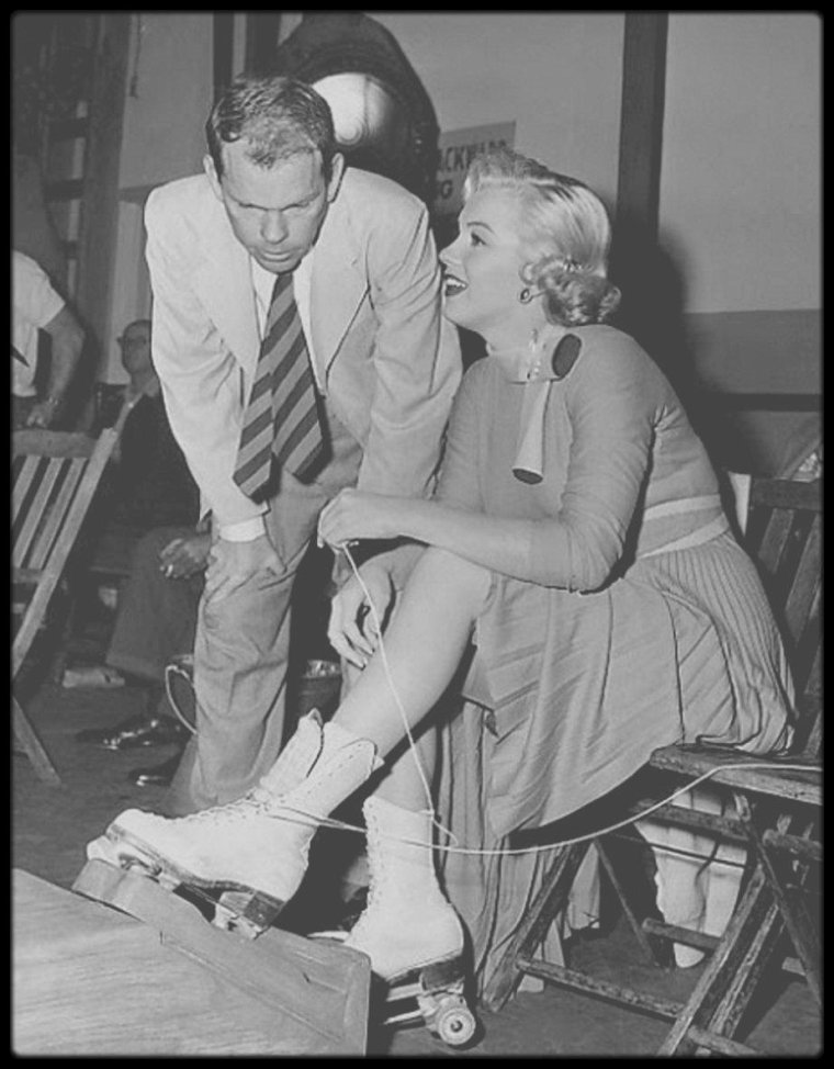 """1952 / Sur le tournage du film """"Monkey business"""", où Marilyn et Cary GRANT s'adonnent aux joies du roller... / REMARQUES / * Le scénario de """"Chérie, je me sens rajeunir"""" (""""Monkey business"""") est basé sur une histoire écrite par Harry SEGALL. L'adaptation est signée Ben HECHT, Charles LEDERER et I.A.L. DIAMOND, soit trois maîtres de la comédie. * Le nom du personnage joué par Marilyn est Loïs LAUREL, soit le nom de la fille de Stan LAUREL. C'est certainement un hommage d'Howard HAWKS à ce grand comique. * La voix-off parlant à Cary GRANT durant le générique de début est celle d'Howard HAWKS. * Le titre complet du film est """"Howard HAWKS' Monkey Business"""" (est-ce pour éviter la confusion avec le film des MARX Brothers ?) Le titre prévu initialement était """"Darling I Am Growing Younger"""", formulation qui a été reprise pour créer le titre français. * 10 ans auparavant, Ginger ROGERS avait déjà joué le rôle d'une fillette dans l'excellent """"The Major and the minor"""" de Billy WILDER."""