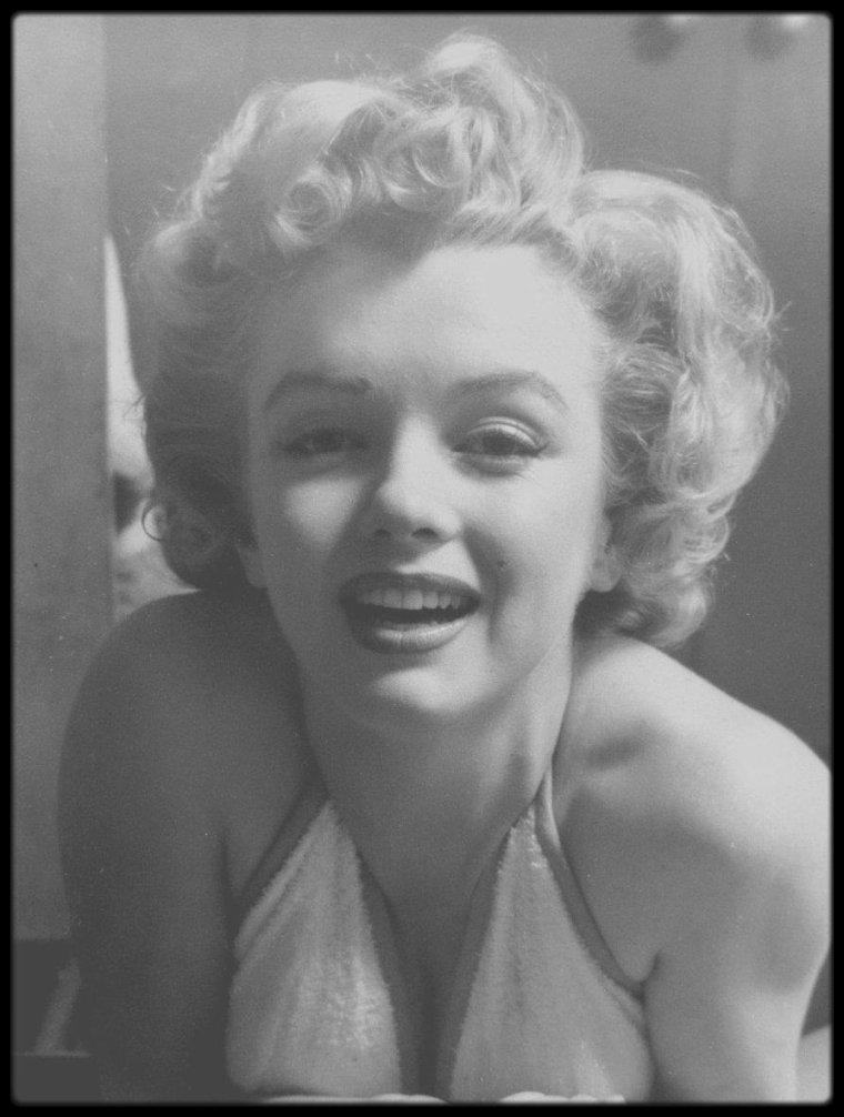 1952 / Marilyn dans son vestiaire à la FOX, sous l'objectif du photographe Philippe HALSMAN.