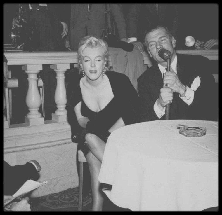 """9 Février 1956 / (Part VI) C'est accompagnée de Laurence OLIVIER que Marilyn arrive à la """"Terrace Room"""" du """"Plaza Hotel"""", pour une conférence de presse sur sa venue en Angleterre, Londres, pour tourner le film """"The Prince and the showgirl"""", sous l'objectif du photographe Milton GREENE."""
