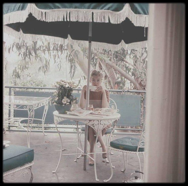 1953 / Milton GREENE désireux de connaître Joe SCHENCK, Marilyn organisa les présentations, Milton la photographia sur la terrasse de ce dernier, prenant son petit déjeuner.