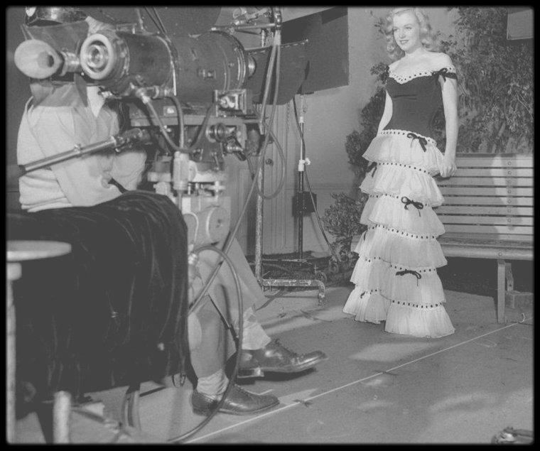 19 Juillet 1946 / Ben LYON (photo) -directeur de casting pour la Fox- fait passer des essais à sa jeune recrue Norma Jeane, qui devait simplement aller et venir devant la caméra, en fumant une cigarette qu'elle écrasa ensuite dans un cendrier. L'essai était muet et filmé en couleur, ce qui était encore assez rare à l'époque pour un simple screen test. Le petit film fut ensuite montré à Darryl ZANUCK -le grand patron de la Fox- qui ne fut guère convaincu de la prestation de la futur Marilyn MONROE ! Mais grâce à la persévérance de Ben LYON, qui croyait au potentiel de Norma Jeane, on lui fit signer un contrat de six mois.