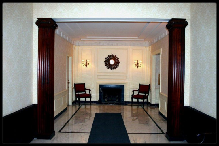"""1956 / Marilyn sans maquillage à l'entrée de sa suite à """"Sutton Place"""". / Adresse : suite E8 (7ème étage), 2 Sutton Place South, New York. Fin 1955 Marilyn quitta le """"Waldorf Astoria"""" quand les """"Marilyn MONROE Productions"""" firent face à des difficultés financières.  L'appartement appartenait à Milton GREENE, qui, ne pouvant plus payer la suite au """"Waldorf"""", installa Marilyn dans son propre appartement.  Les GREENE, lorsqu'ils devaient loger en ville, s'installaient alors dans le studio de Milton sur Lexington Avenue. C'est de là qu'elle retourna à Hollywood, pour tourner « Bus stop », en mars 1956. Elle y vécut jusqu'à ce que, devenue Mrs MILLER, elle louât un appartement East 57th Street."""