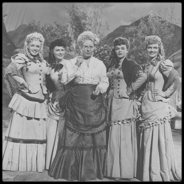 """1949 / (Part II) Marilyn joue le rôle de Clara, dans un western de Richard SALE, sorti en 1950 (l'action se situant en 1876), danseuse dans une petite troupe de girls, qui doivent rejoindre la ville de Tomahawk en train ; on comptera parmi les acteurs principaux, Dan DAILEY (que Marilyn retrouvera dans le film """"There's no business like show business"""") et Anne BAXTER (avec qui elle joue dans le film """"All about Eve""""). Quatrième apparition de Marilyn dans un film."""