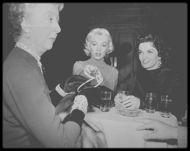 """1953 / Ne jamais montrer de diamants à Lorelei, ils pourraient disparaître... Surtout si c'est une tiare ! Scène du film """"Gentlemen prefer blondes""""."""