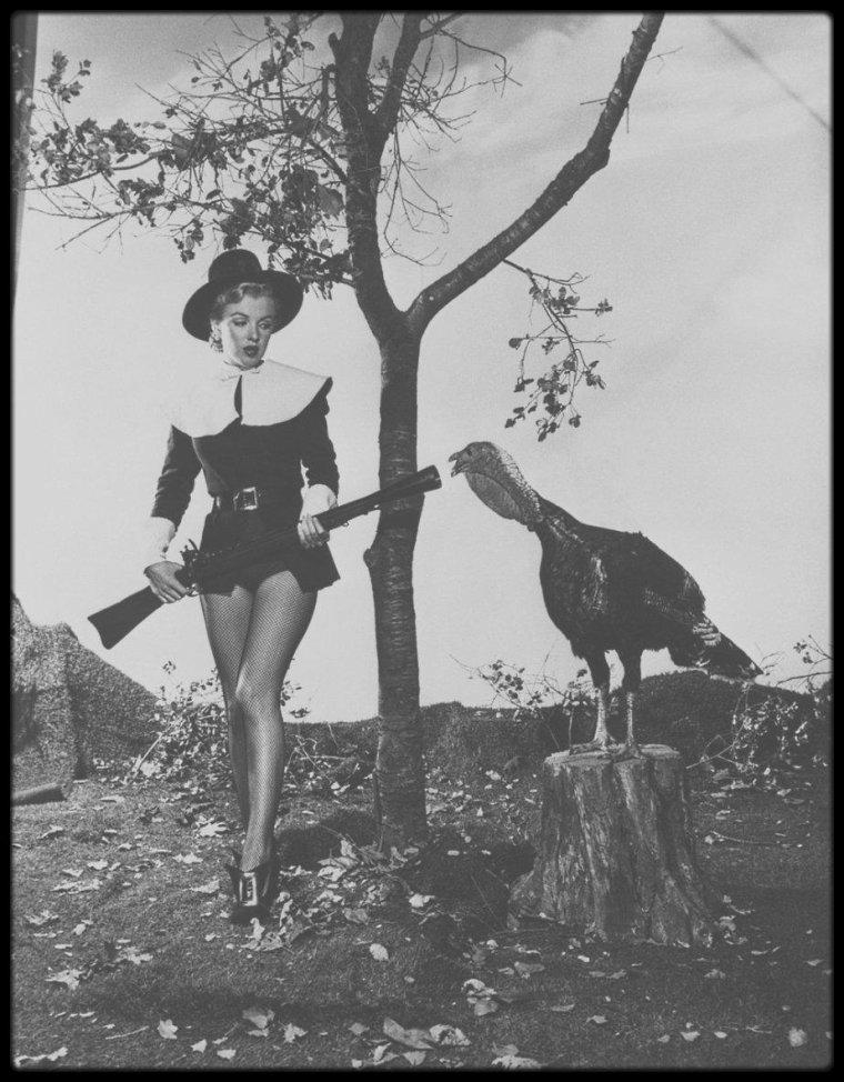 """10 Novembre 1950 / Photos publicitaires où Marilyn pose en tenue de chasseur pour célébrer la fête du """"Thanksgiving Day"""" !"""