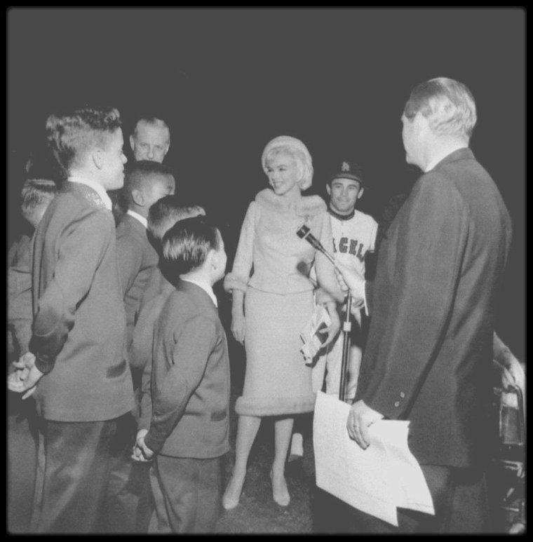 """1er Juin 1962 / Marilyn fêta son trente-sixième anniversaire au studio sur le plateau du film """"Something's got to give"""". Elle commença tôt ce jour-là et tourna la scène avec Wally COX et Dean MARTIN. Pat NEWCOMB arriva au studio dans l'après-midi avec du """"Dom Pérignon"""", le champagne préféré de Marilyn. Dean MARTIN avait lui aussi apporté du champagne. Evelyn MORIARTY, la doublure de Marilyn, avait collecté auprès de l'équipe 50 $ pour le gâteau, acheté chez """"Humphrey's Bakery"""" du """"Farmer's Market"""" d'Hollywood ; finalement l'un des responsables du studio proposa de prendre en charge la dépense et Evelyn MORIARTY remboursa l'argent qu'elle avait rassemblé. Toute l'équipe était là pour fêter son anniversaire y compris Henry WEINSTEIN et Eunice MURRAY. Le photographe George BARRIS était également présent. George CUKOR lui offrit des figurines (un cygne et un taureau) de style mexicain. Marilyn était ravie de cette fête impromptue, qui se termina vers 18 heures 30. Elle quitta la Fox en compagnie de l'acteur Wally COX en limousine. Ce soir là, elle assista, avec le costume qu'elle portait dans la journée (un tailleur de soie beige avec toque en fourrure assortie), à une soirée au """"Chavez Ravine Dodger Stadium"""" de Los Angeles, pour un match de base-ball entre les """"New York Yankees"""" et les """"Los Angeles Angels"""", donné au profit de la dystrophie musculaire. 51 000 personnes assistèrent au match. Elle lança la première balle, mais elle prit froid, et de retour chez elle, vers 22 heures, se plaignit de céphalées ; elle souffrait à nouveau d'une sinusite. Ce fut ce jour là, la dernière apparition en publique de Marilyn."""