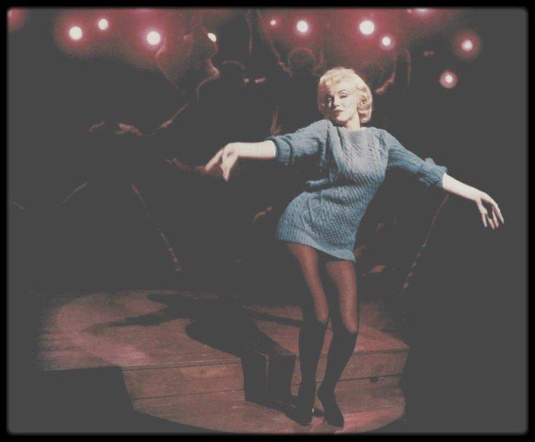 """1960 / Quand Amanda (Marilyn) interprète la fameuse chanson """"My heart belongs to daddy"""" (voir tag Chanson) dans le film """"Let's make love"""". (traduction des paroles, assez drôles)."""