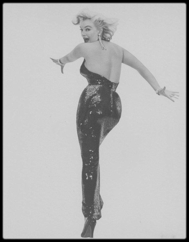 """6 Mai 1957 / Richard AVEDON raconte le déroulement de la séance photos : """"Pendant des heures, elle a dansé, chanté, flirté et elle a joué à être -elle a été- Marilyn MONROE. Et puis il y eut la chute inévitable. Et quand la nuit fut finie, elle s'est assise dans un coin comme une enfant, vide. Je la voyais s'asseoir tranquillement, sans expression sur son visage, et je me dirigeais vers elle, mais je ne voulais pas la photographier à son insu. Et comme j'arrivais avec l'appareil, j'ai vu qu'elle ne disait pas non...""""  Les photos seront reprisent comme photos promotionnelles du film """"The Prince and the showgirl""""."""