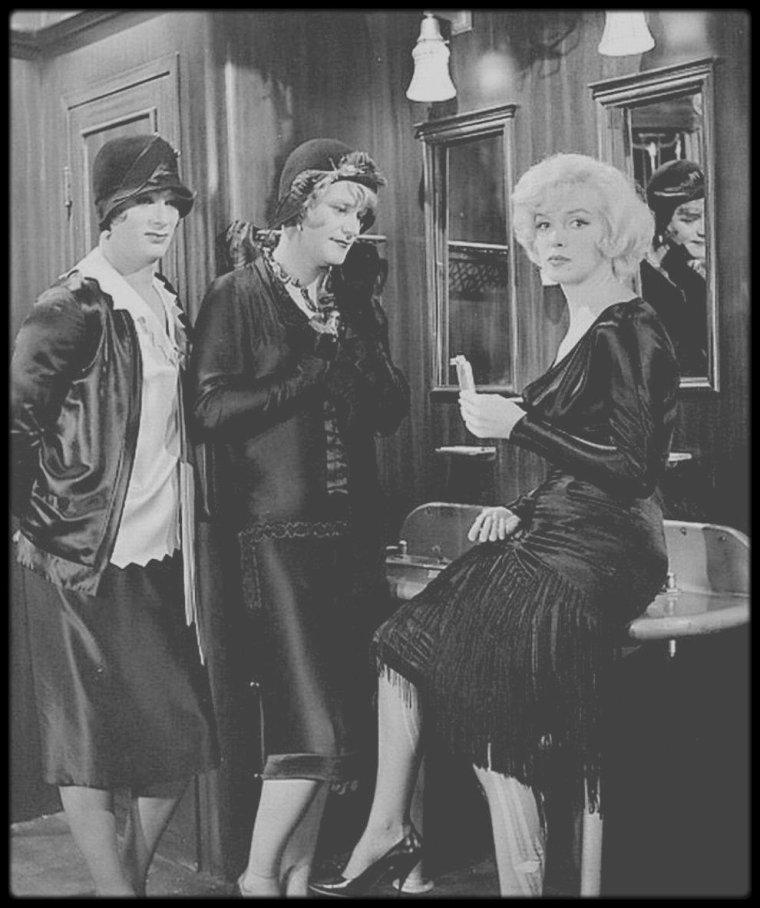"""1958 / ANECDOTE """"SOME LIKE IT HOT"""" / Si la présence de Marilyn joue un rôle important dans l'attrait de """"Certains l'aiment chaud"""", elle constitua un véritable casse-tête lors du tournage : elle n'arrivait en effet que très difficilement à retenir ses répliques. Dans certains cas, il lui fallut jusqu'à 59 prises ! Billy WILDER se résigna donc à employer les grands moyens : selon les cas, il ecrivit la réplique sur une ardoise tenue hors du champs de la caméra, où sur un papier collé à un endroit discret du décor... A ce sujet, Jack LEMMON aurait même confié : """"Je me réveille en nage au beau milieu de la nuit, après avoir rêvé qu'on en est à la cinquante-cinquième prise, que Marilyn vient enfin de passer sa réplique et que j'ai bafouillé""""..."""