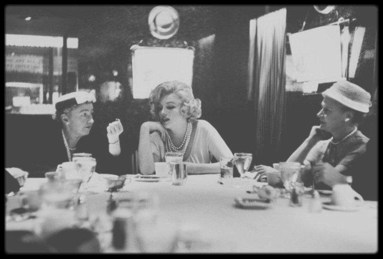 """17-18 Mars 1959 / (Part V) Marilyn se rend à Chicago, afin de promouvoir la sortie du film """"Some like it hot"""", dont l'action se déroule une partie dans la ville."""