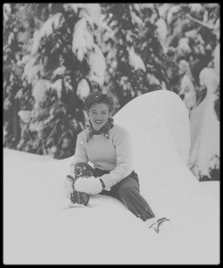 Décembre 1945 / Commençons ce beau mois de décembre avec ces clichés de Norma Jeane dans la neige, au Mont Hood, dans l'Orégon, sous l'objectif du photographe Andre DE DIENES.