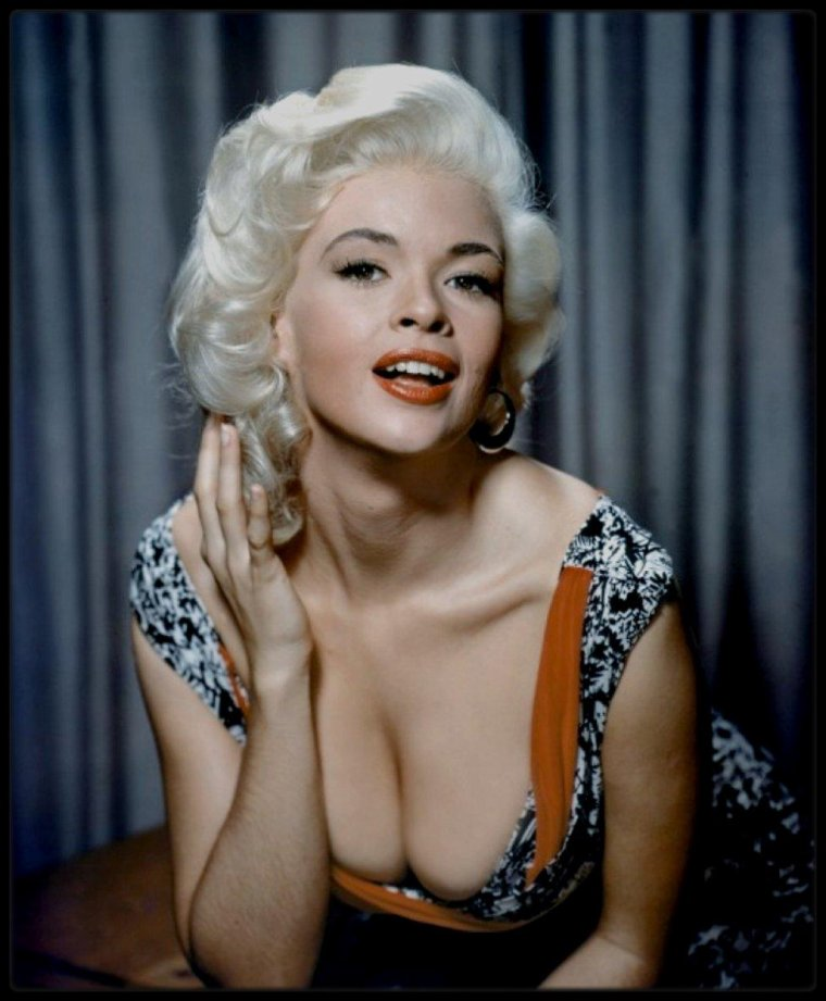 """Quand les contemporaines de Marilyn jouent les imitatrices... (de haut en bas) / Diana DORS (Promue dans les années 1950 comme la """"Marilyn MONROE britannique"""", la pulpeuse Diana DORS avait, en réalité, commencé sa carrière bien avant Miss MONROE. Fille d'un employé de chemin de fer, Diana tourna des films dès l'âge de 15 ans - ce qui nous amène en 1947.) / Jayne MANSFIELD ( En 1956, elle signe un contrat de sept ans avec la Twentieth Century-Fox qui veut ainsi remplacer Marilyn qui s'est séparée du studio, Jayne évoluant dans un registre plus vulgaire et populo : elle est surtout sollicitée pour les cocktails de presse ou les calendriers de fin d'année, si bien que les stars hollywoodiennes la snobent) / Mamie VAN DOREN (Une blonde pneumatique, une fois n'est pas coutume... Si Jayne MANSFIELD fut la Marilyn MONROE du pauvre, Mamie VAN DOREN en était la Jayne MANSFIELD. C'est dire dans quelle catégorie de films elle boxait, et comment les studios, désireux de retrouver une formule magique à la Marilyn, créèrent de multiples clones blonds, dont les mensurations devenaient, au fur et à mesure, inversement proportionnelles à leur talent. Si Mamie VAN DOREN n'a joué dans aucun film mémorable, les clichés qui subsistent d'elle reflètent une certaine photogénie ainsi qu'une lueur d'intelligence dans le regard, du style """"je dois jouer la blonde idiote, mais je ne suis pas dupe"""". En cela seulement, c'est vraiment une autre Marilyn.) / Barbara LANG (Un découvreur de talent aperçoit Barbara dans l'un des épisodes et parle d'elle aux studios de la MGM qui sont très intéressés car ils souhaitent engager une actrice blonde et bien roulée pour faire face à la blonde des studios de la Fox: Marilyn MONROE. Barbara LANG sera donc la réponse de la MGM face à la Fox pour concurrencer Marilyn.) / Sheree NORTH (En 1954, Sheree NORTH signa un contrat de 4 ans avec la Twentieth Century-Fox. Le studio avait de grandes ambitions pour elle, espérant la modeler pour qu'elle devienne la remplaç"""