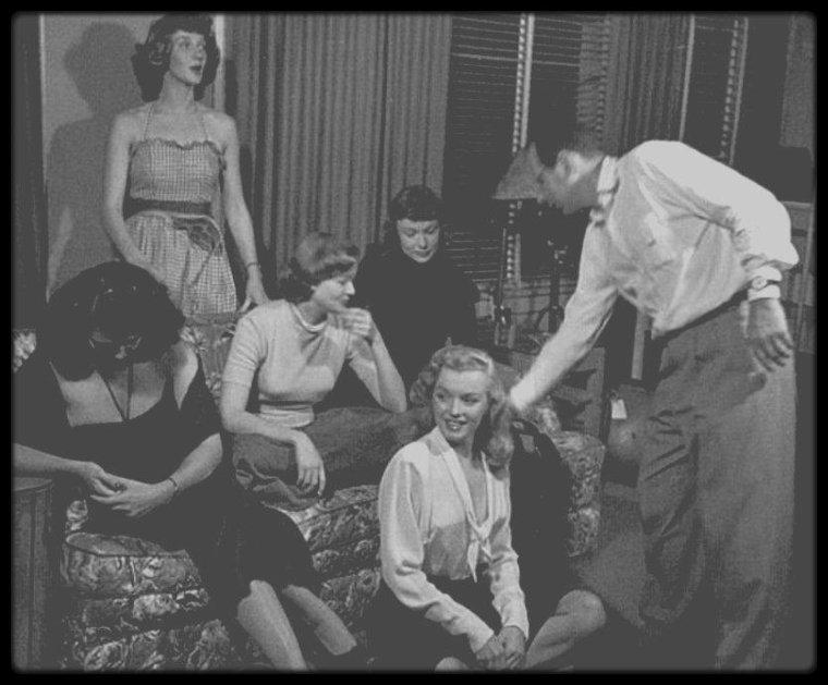 """1949 / (Part II) """"Life Magazine"""" le 10 octobre 1949, Marilyn avait tellement l'air d'une reine entourée de ses dames d'honneur, que l'on sous-titra : """"Sept starlettes hollywoodiennes et un ex-modèle formant un gentil portrait de groupe avant de donner totalement libre cours à leurs émotions dans un essai à l'écran."""" Le reportage photographique devait témoigner des talents des jeunes actrices en herbe : Loïs MAXWELL, Suzanne DALBERT, Ricky SOMA, Laurette LUEZ, Jane NIGH, Dolores GARDNER, Marilyn et Cathy DOWNS."""