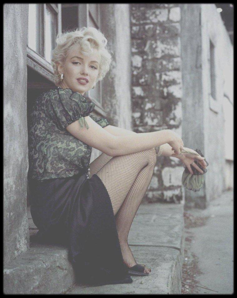 """1956 / Marilyn posant pour Milton GREENE portant le bustier de son futur film """"Bus stop""""."""