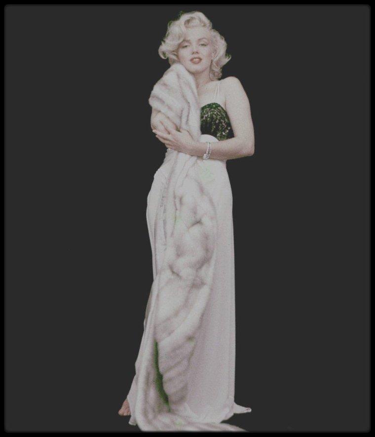 1953 / Sophistiquée Marilyn en déshabillé sous l'objectif du photographe Milton GREENE.