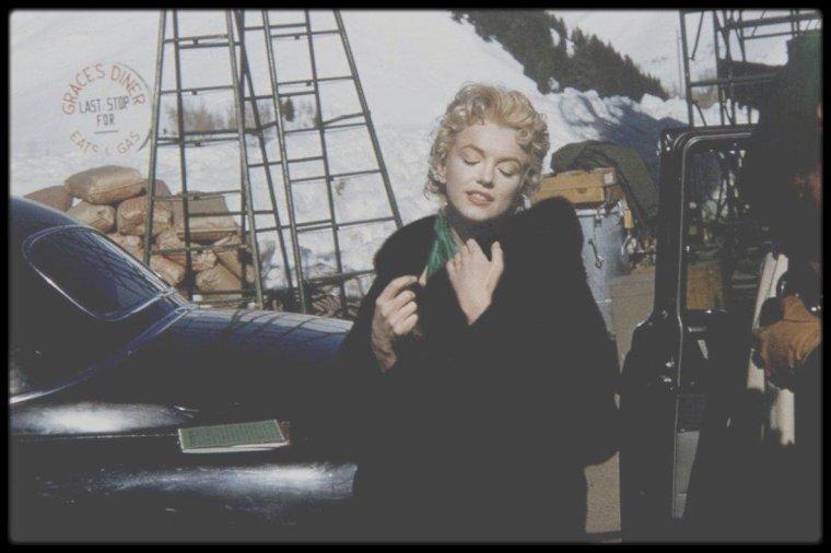 """1956 / Plutôt de rigueur actuellement le manteau, mesdames ! Marilyn en Idaho, à Sun Valley, lors du tournage d'une scène du film """"Bus stop""""."""