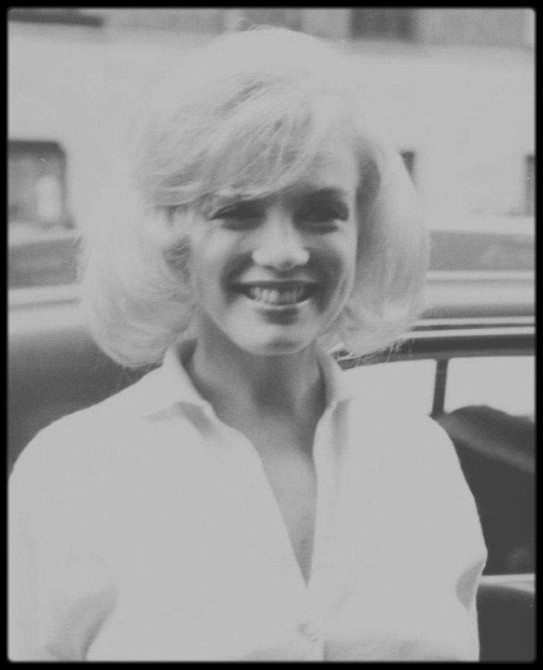 """5 Mars 1961 / (Part V) Marilyn, suite à surmenage lors du tournage du film """"The misfits"""" et de son récent divorce avec MILLER, sort de l'hôpital après plusieurs semaines d'hospitalisation."""