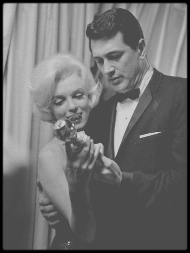 """5 Mars 1962 / (Part VII) Marilyn lors de la soirée des """"Golden Globe Awards"""", où un trophée lui sera d'ailleurs décerné, en tant que """"L'actrice la plus populaire du monde de l'année 1961"""". Elle est accompagnée de son nouvel ami du moment, Jose BOLANOS, rencontré lors de son séjour au Mexique."""