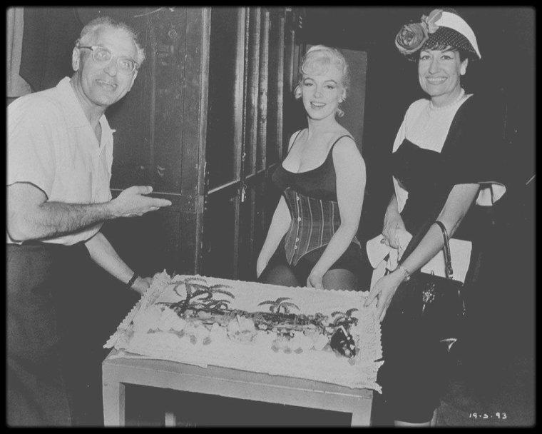 """1er Juin 1960 / (Part II) C'est entourée de toute l'équipe de tournage et des acteurs, que Marilyn fête son 30ème anniversaire alors qu'elle tourne le film """"Let's make love""""."""