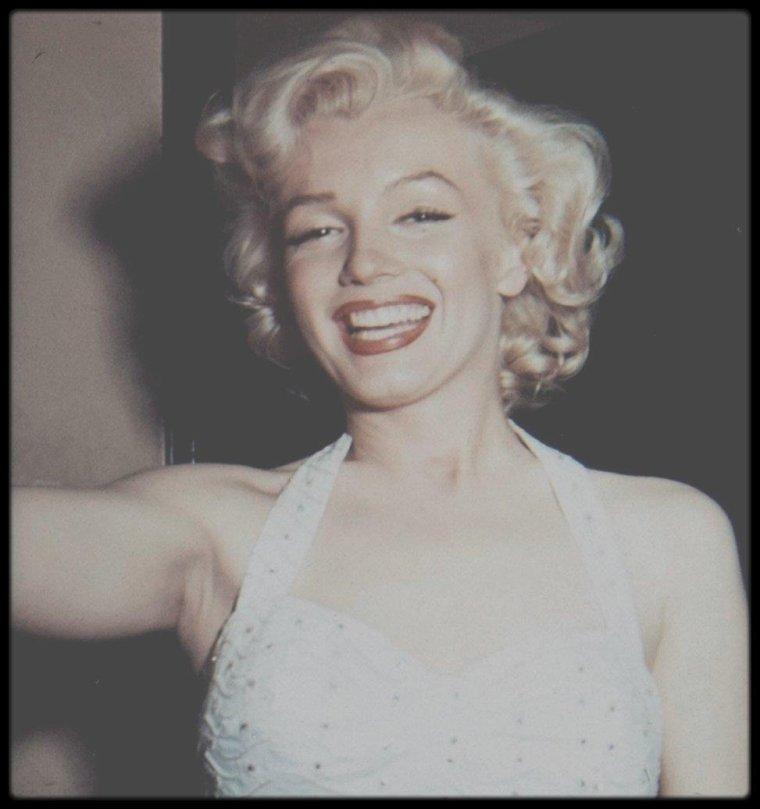 """26 Juin 1953 / (Part V) Suite au succès phénoménal du film """"Gentlemen prefer blondes"""", Marilyn et Jane RUSSELL sont invitées devant le trottoir du cinéma """"Grauman's Chinese Theatre"""", afin d'y apposer leurs empreintes de pas et de mains dans le ciment frais."""