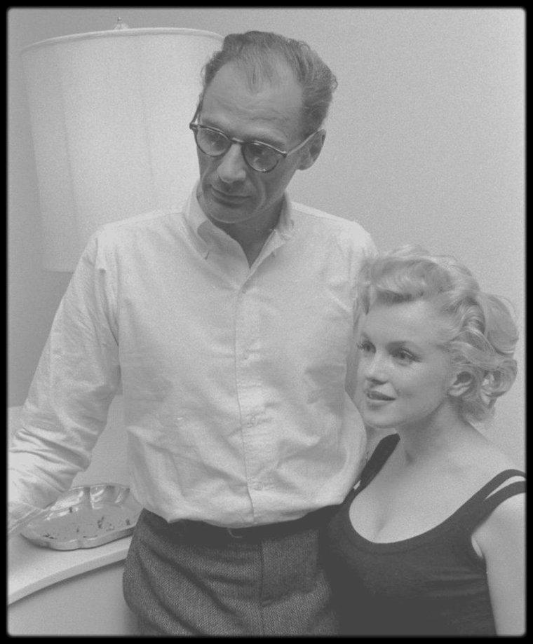 22 Mai 1958 / (Part II) Quand les MILLER reçoivent le producteur Kermit BLOOMGARDEN dans leur appartement new-yorkais, au 444 East 57th Street. En 1957 Marilyn y habita avec Arthur Miller, au treizième  étage, avec vue sur l'East River.   En général les agents immobiliers de New York s'arrangeaient pour que le chiffre treize n'apparaisse pas et les immeubles passaient du douzième au quatorzième étage.