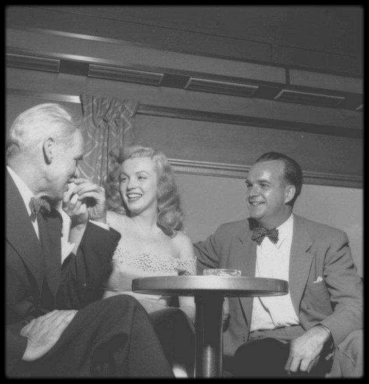 """Juin 1949 / (Part III) Marilyn sillonne les Etats Unis en train, notamment aux côtés de l'acteur Don DeFORE, pour promouvoir la sortie du film """"Love happy"""" où l'espace de quelques secondes, elle donne la réplique à Groucho MARX ; de plus, elle participe au concours """"Dream Home"""", organisé par le magazine """"Photoplay"""", qui récompense, dans le comté de Warrensburg, une fidèle lectrice en lui offrant les clefs d'une maison flambant neuve ainsi que tout son équipement ménagé du dernier cri. Et c'est la jeune Marilyn qui remet les clefs à l'heureuse gagnante, Virginia MacCALLISTER."""