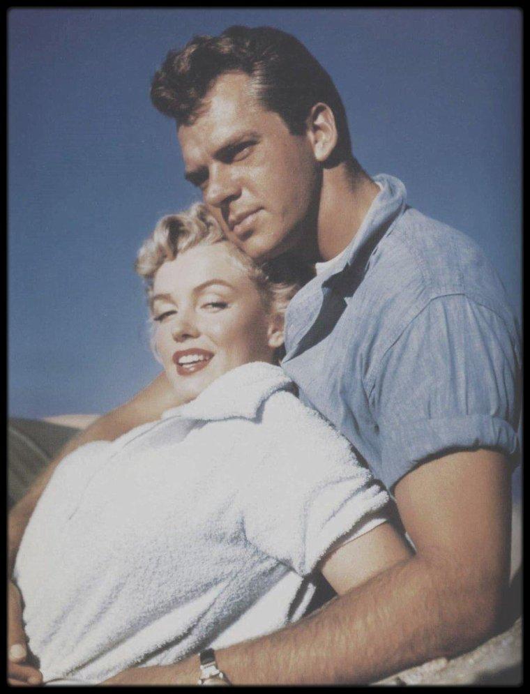 """1951 / PHOTOS PROMOTIONNELLES du film """"Clash by night"""", de Fritz LANG ; Marilyn dans les bras de l'acteur Keith ANDES."""