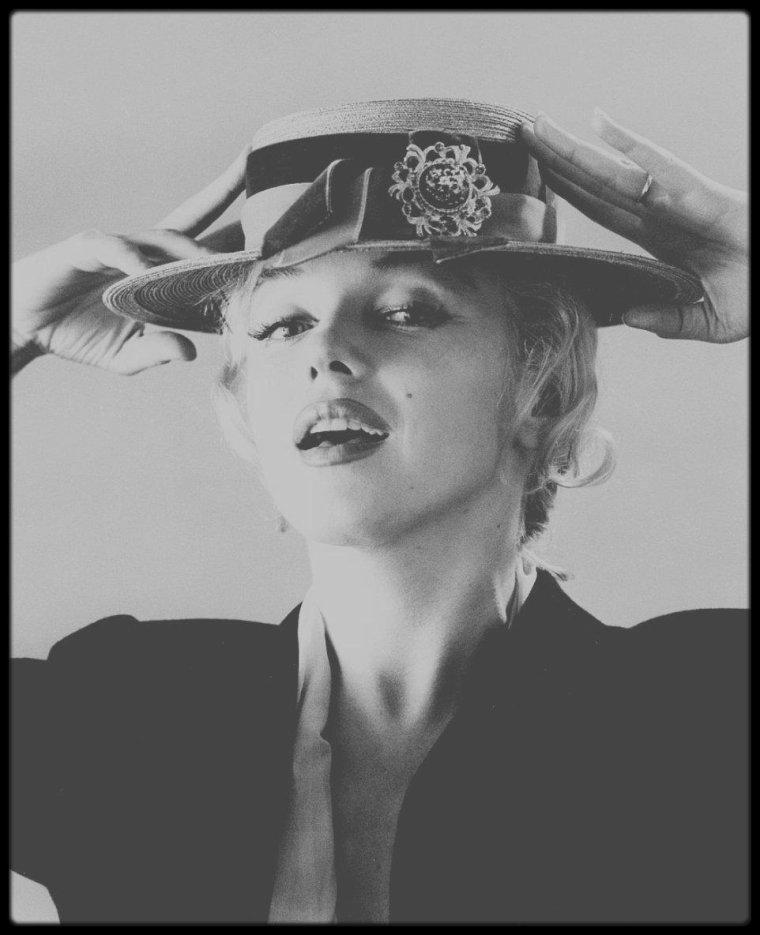 18 Juin 1958 / (Part II) Marilyn aux chapeaux sous l'objectif du photographe Carl PERUTZ.
