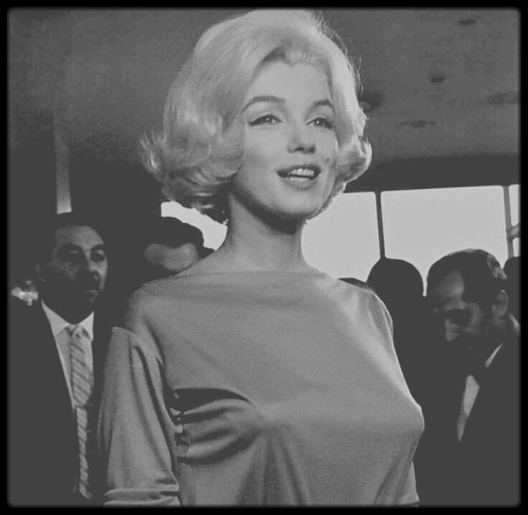 """22 Février 1962-3 Mars 1962 / (Part IV) Lors de son séjour au Mexique, notamment pour acheter des meubles et autres bibelots pour meubler sa nouvelle maison à Brentwood, Marilyn loge au """"Hilton Hotel"""" où une conférence de presse et un buffet l'attendent. Outre les journalistes, Marilyn suivie de son attachée de presse Pat NEWCOMB, est accueillie par Lucy QUIJADA, attachée de presse du """"Hilton"""" et Jean Pierre PIQUET, manager des hôtels """"Continental Hilton"""". Lors de son séjour, Marilyn visitera un orphelinat et fera un don. Notons que lors de la conférence de presse, Marilyn porte une robe vert pâle, de chez PUCCI, robe dans laquelle elle sera inhumée."""