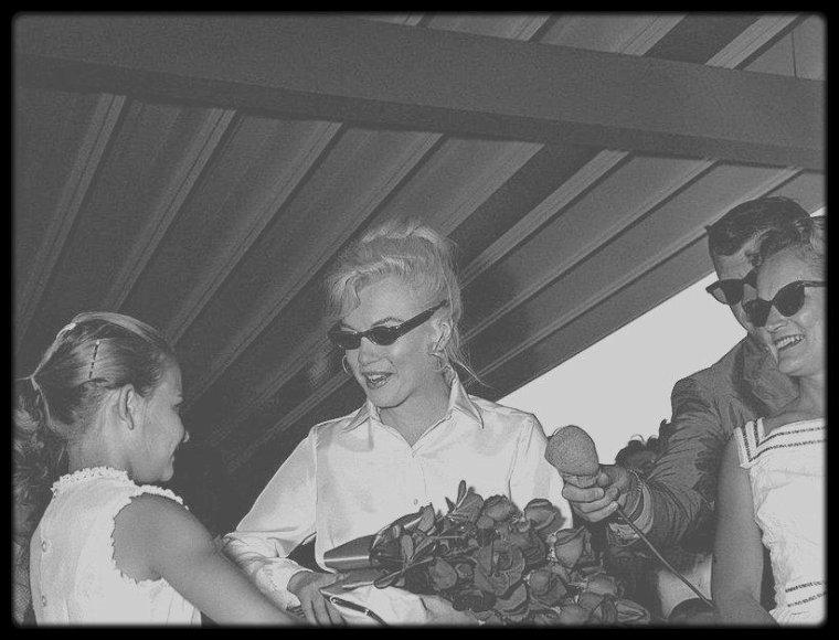 """18 Juillet 1960 / (Part III) Marilyn fut de retour à Los Angeles, en route pour le Nevada. Arthur était déjà à Reno (Nevada), le tournage (The misfits) devant commencer ce jour là. L'arrivée de Marilyn à Reno était prévue pour le mercredi 20 juillet. D'un commun accord, MILLER et HUSTON décidèrent d'écarter du plateau Paula STRASBERG, qui devait assister au tournage. A Los Angeles, Marilyn eut une séance avec le Dr GREENSON et vit également le Dr ENGELBERG. Le mercredi 20 juillet : elle arriva au """"Reno Municipal Airport"""" (Nevada) à 14 heures 45 dans un DC-7 de """"United Airlines"""",  pour débuter le tournage des extérieurs de « The Misfits ». Arthur MILLER l'attendait à l'aéroport, ainsi que Mme GRANT SAWYER, épouse du gouverneur du Nevada et leur fille Gail,  l'hôtelier Charles MAPES, et le conseiller municipal Charles COWAN qui lui offrit la clé de la ville. Elle était vêtue d'un chemisier de soie blanche et d'une jupe blanche dont la fermeture éclair saillait dans le dos, et était coiffée  d'une perruque blond platine qu'elle avait l'intention de porter dans le film. A son arrivée elle souffrit de douleurs abdominales et de vomissements ; elle était physiquement et moralement épuisée (elle n'avait eu que deux semaines de repos entre le tournage de « Let's Make Love » et celui-ci). Les relations entre Marilyn et MILLER avaient atteint leur point de rupture. Dans son autobiographie, MILLER écrivit : « Dès le commencement de « The Misfits » il me fut impossible de nier que, s'il existait une clé pour le désespoir de Marilyn, ce n'était pas moi qui la possédais ». Les MILLER logèrent à """"l'hôtel Mapes"""", chambre 614, où la moitié des chambres était occupée par l'équipe du film. Le jeudi 21 juillet : premier jour du tournage ; la scène fut tournée dans une chambre exiguë d'une pension de famille de  Reno (et correspondait à l'une des premières scènes du film). Les premiers jours de tournage se déroulèrent tranquillement."""