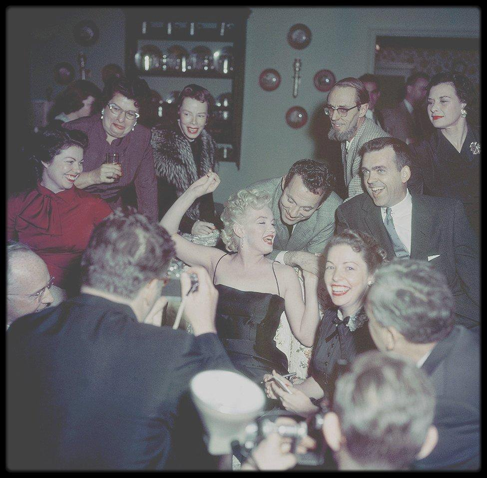 1956 / NEW LISTING / « press party », pour le tournage de « Bus stop » dans la maison de North Beverly Glen Boulevard.