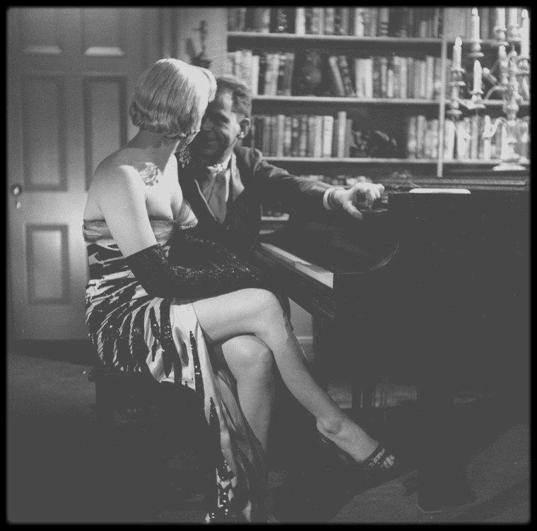 "1954 / Marilyn répétant au piano pour une scène du film ""The seven year itch"". (mes captures d'écran + photos)."