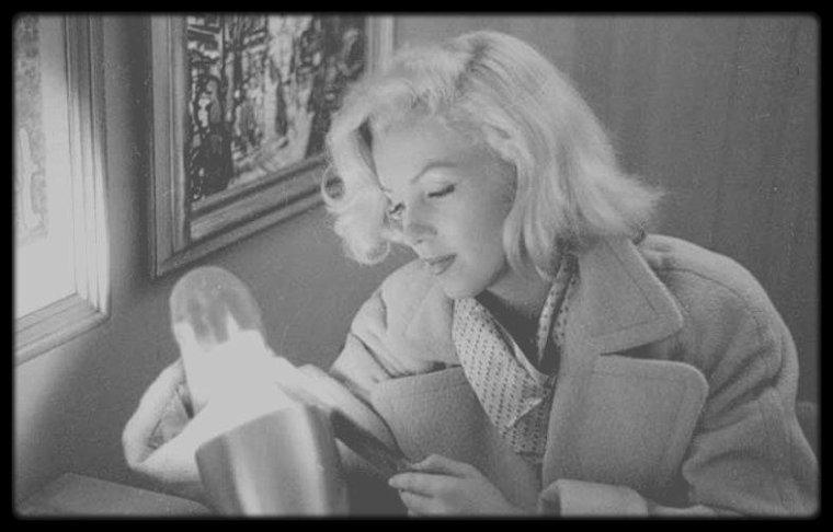 Septembre 1953 / Marilyn dans le studio de Milton GREENE sélectionnant des épreuves photos d'un shooting fait avec le photographe.