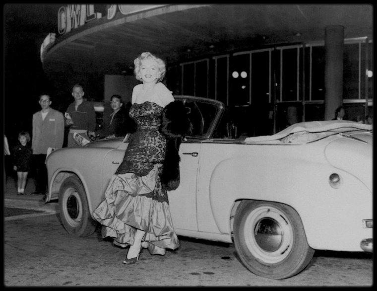 """4 Avril 1952 / Marilyn se rend à la boutique """"Owl Drug Store"""" de Los Angeles où le journaliste George FISHER l'y attend. Cette promotion a été lancée par le magazine """"Life"""", afin que Marilyn puisse signer le magazine dont elle fait la couverture pour l'édition du 7 avril."""