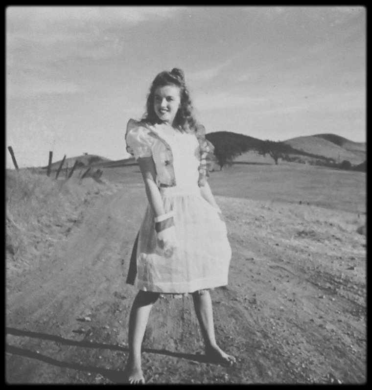 1945 / Young Norma Jeane by Andre DE DIENES.