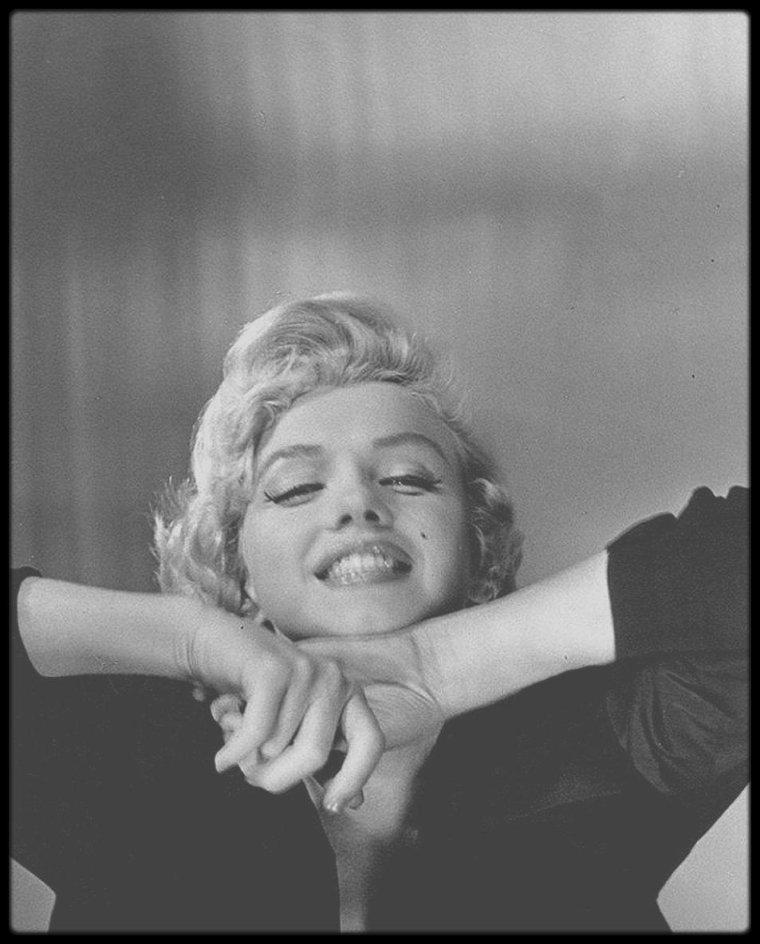 1954 / Marilyn sous l'objectif de la photographe Jean HOWARD. / Dans l'interview de 1991, Jean a un regard très nostalgique et plein de regrets sur Marilyn. Elle dit : « pourquoi ne me suis-je pas assise à côté d'elle et parlé avec elle comme une amie ? Si Marilyn avait rencontré Linda PORTER (la femme de COLE), sa vie aurait été un peu mieux ».