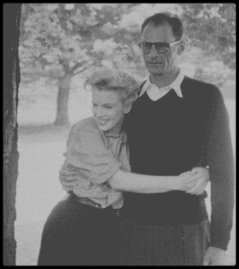 """29 Juin 1956 / (Part III) Arthur et Marilyn partirent pour South Salem. N'ayant toujours pas de décision de la Commission, ils étaient très tendus. Cette journée fut tragique par le décès de la journaliste Mara SCHERBATOFF, chef du bureau new-yorkais de """"Paris-Match"""". Les journalistes avaient poursuivi Arthur MILLER et Marilyn en voiture ; ceux-ci devaient aller déjeuner tranquillement avec les parents de MILLER chez le cousin d'Arthur, Morton MILLER, à quelques kilomètres de là. Les journalistes eurent vent du déjeuner familial chez Morton. La voiture des futurs époux MILLER (une Oldsmobile verte) était conduite par Morton MILLER, qui avait accéléré pour échapper aux poursuivants. La voiture de la journaliste accéléra aussi, mais ne connaissant pas la route, avait percuté un arbre. La journaliste, projetée contre le pare-brise avait été grièvement blessée et avait été transportée au """"New Milford Hospital"""". La conférence de presse ne fut pas retardée pour autant et ce fut Milton GREENE, arrivé de Weston, qui les annonça à la presse. A 16 heures, devant la maison d'Arthur, à Roxbury (Old Tophet Road) dans le Connecticut, Arthur et Marilyn annoncèrent leur  mariage civil. Milton GREENE était également présent. C'est après la conférence de presse qu'ils apprirent le décès de Mara SCHERBATOFF que Marilyn considéra comme un mauvais présage."""