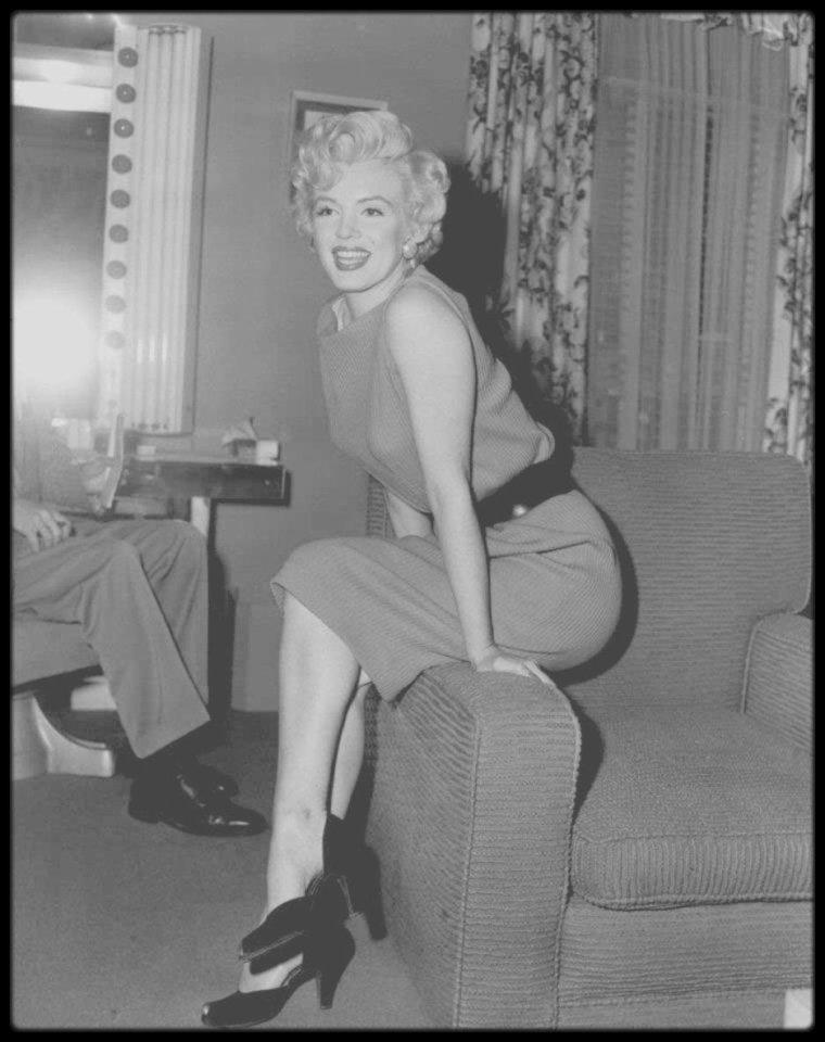 15 Avril 1954 / Marilyn une conférence de presse dans sa loge de la Fox et répéta avec Hal SCHAEFER. Elle travailla beaucoup avec Hal SCHAEFER et Jack COLE (respectivement professeur de chant et chorégraphe) pour préparer les numéros dansés et chantés de « There's no business like show business ». Hal SCHAEFER était chargé de régler les quatre chansons de Marilyn dans le film, ainsi que quelques autres qu'elle enregistra pour RCA cette année là. Il avait déjà été son directeur musical dans « Gentlemen prefer blondes » et « River of no return ». Elle reçut le « National Movie Poll Award » pour la meilleure actrice de l'année 1953.