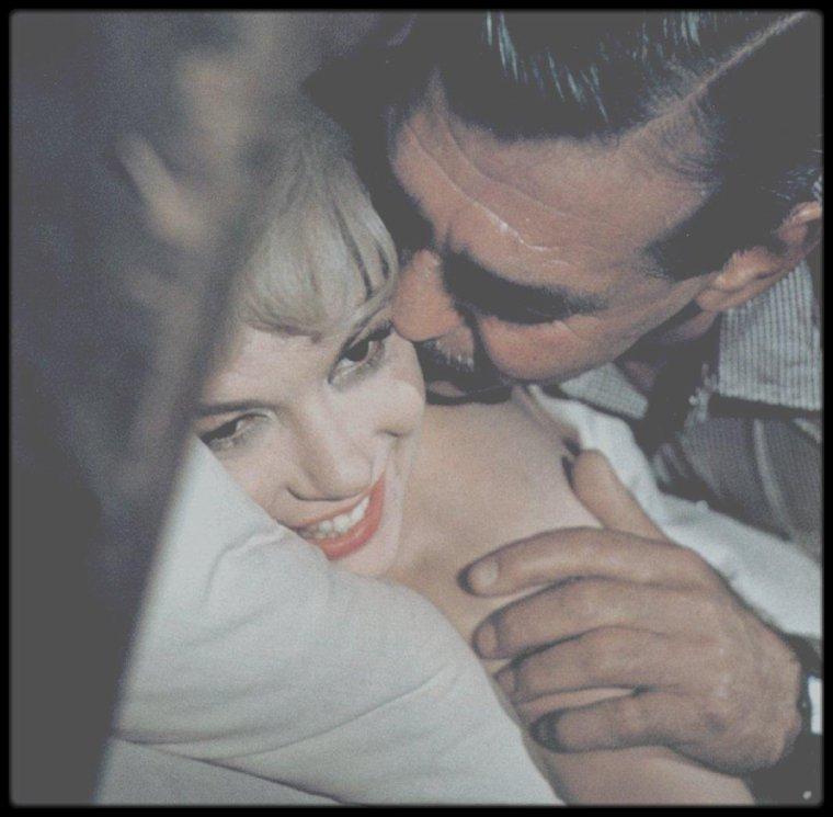 """1960 / Joli moment du film """"The misfits"""", où Gay (Clark GABLE) réveille doucement sa Roslyn (Marilyn) pour prendre le petit déjeuner qu'il a amoureusement préparé."""