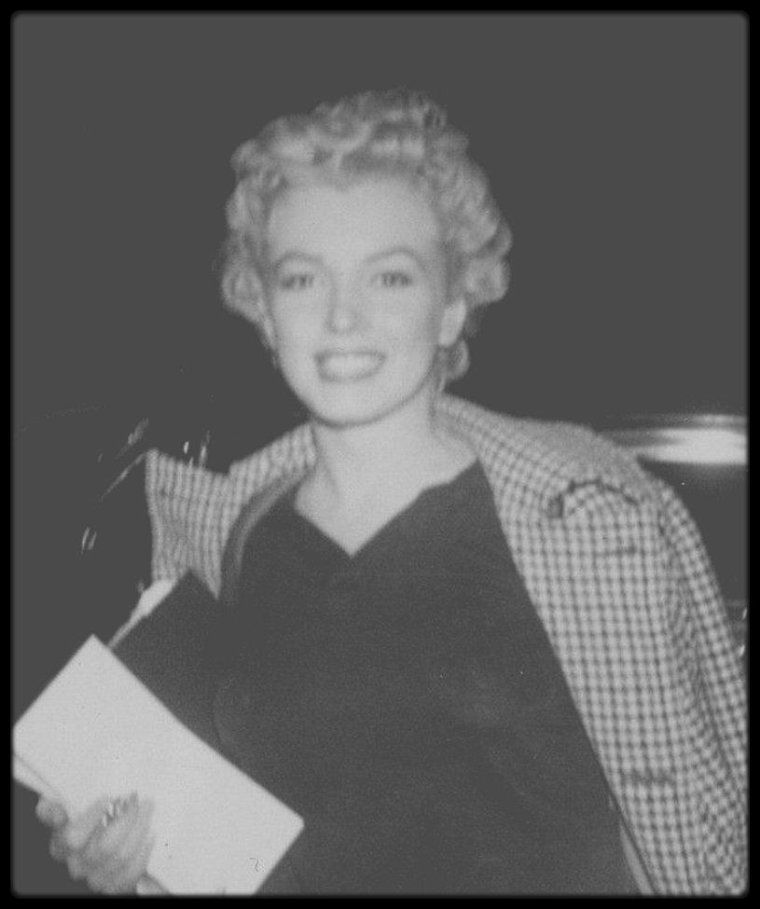 "1955-56 / RARE Photo de Marilyn, prise par le petit groupe de fans surnommé ""The MONROE six"" ou ""The Marilyn six""."