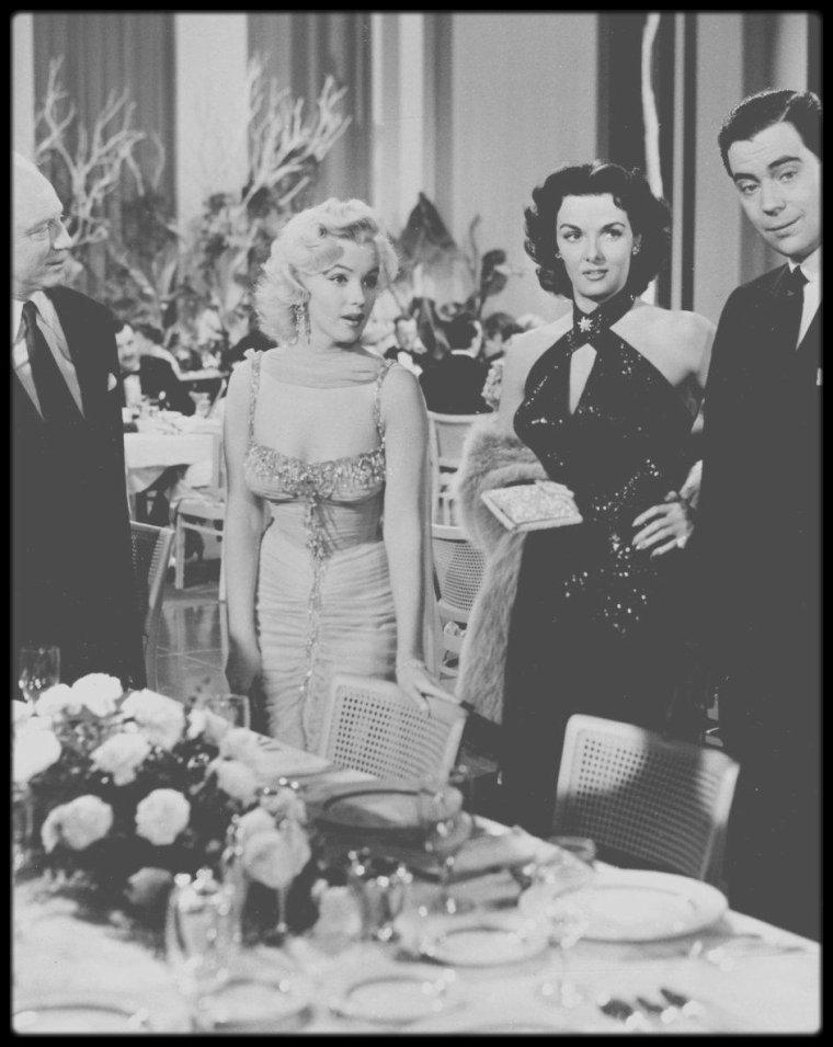 """1953 / Marilyn et Jane RUSSELL dans de magnifiques robes signées TRAVILLA, dans le film """"Gentlemen prefer blondes"""" ; notons que Marilyn portera cette robe lors du fameux gala au """"Hollywood bowl"""" en 1953."""