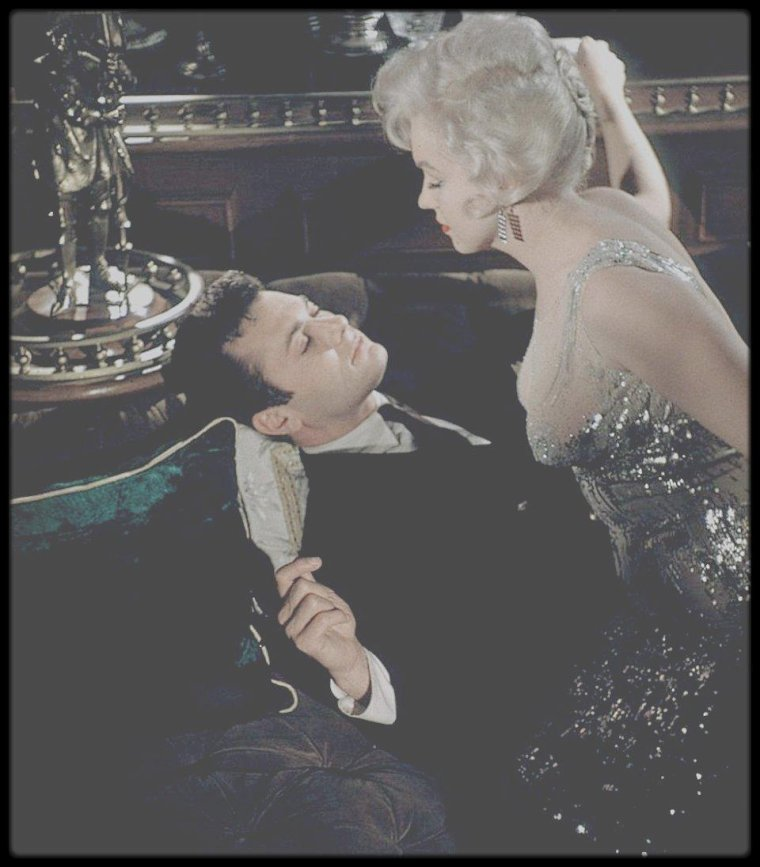 "1958 / Marilyn et Tony CURTIS dans une des scènes du film ""Some like it hot""."