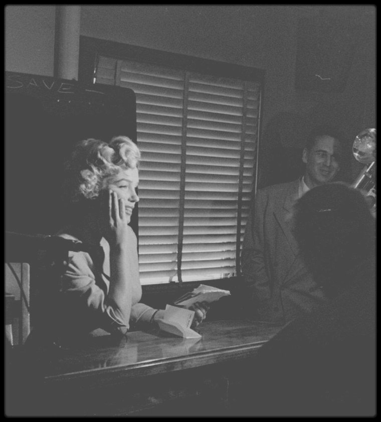 """26 Juin 1952 / (Part IV) Marilyn fut appelée à témoigner devant le juge Kenneth HOLADAY dans le procès contre Jerry KAUPMAN et Morie KAPLEN, accusés de vendre des photos de nus par correspondance et d'avoir utilisé à cette occasion le nom de Marilyn pour  leur publicité. Roy CRAFT, publicitaire à la Fox était à ses côtés. Joe DiMAGGIO la soutient à cette occasion qui lui valut encore plus la sympathie du public. Elle porte à cette occasion, un tailleur bleu pâle, porté dans le film """"Niagara""""."""