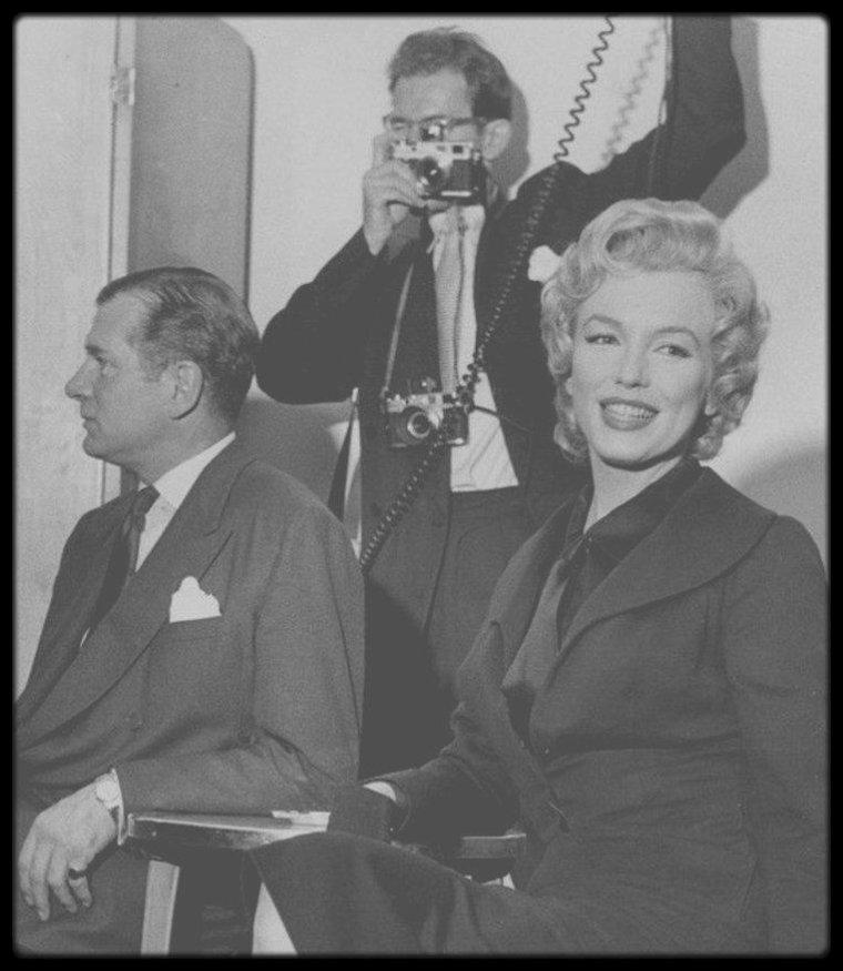 """1956 / Conférence de presse à l'Hôtel """"Savoy"""" de Londres, avec Marilyn et Laurence OLIVIER, son futur partenaire dans le film """"The Prince and the showgirl""""."""