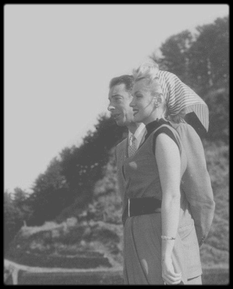 1954 / Marilyn et Joe au Japon, lors de leur lune de miel, où ils visitèrent, entre autres, Yokohama, Kobé, le mont Fuji, Osaka, Hiroshima, et autres villages de pêcheurs, etc... S'en suivra pour Marilyn, un fameux tour de chants pour remonter le moral des troupes de GI's basés en Corée.