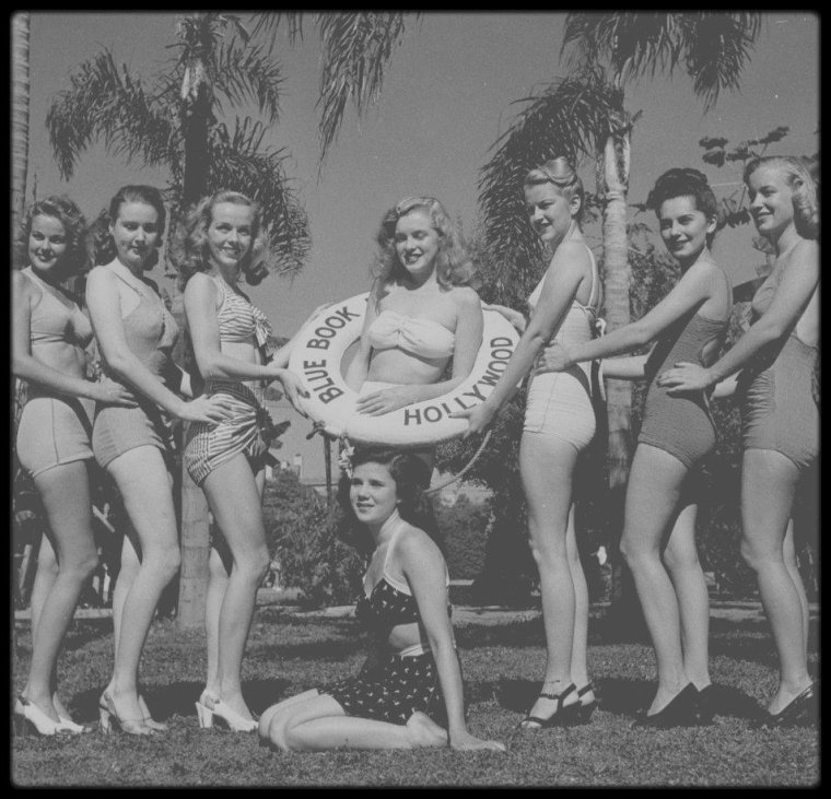 """2 Août 1945 / Marilyn signe avec la """"Blue Book Models Agency""""."""