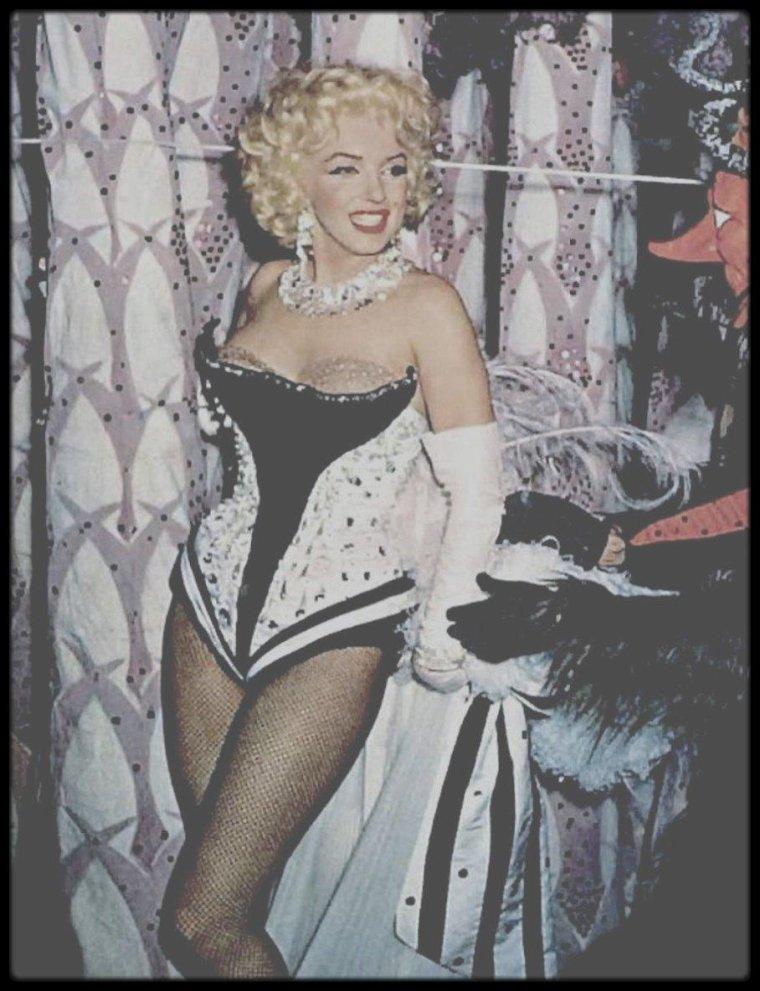 """30 Mars 1955 / (Part VI) C'est juchée sur un éléphant peint en rose, que Marilyn parade au """"Madison Square Garden"""", pour une action caritative. Milton BERLE étant le """"Mr LOYAL"""" de la soirée. (voir tags pour + d'infos sur l'article)."""