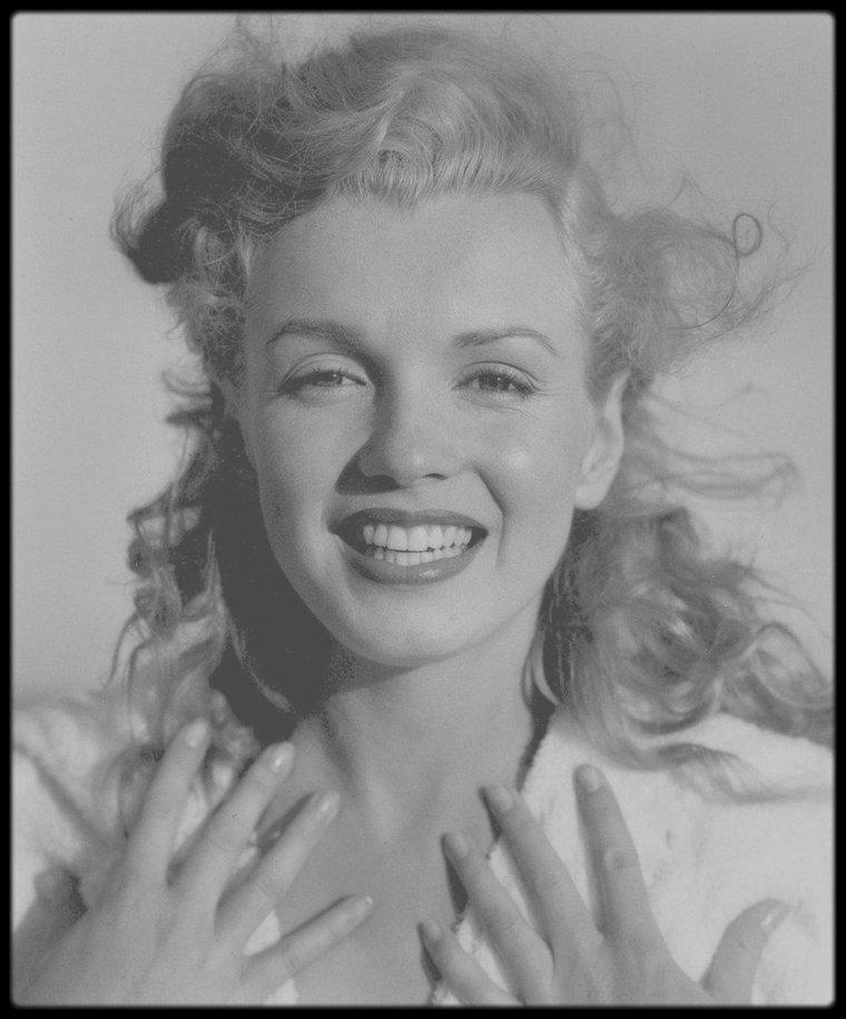1949 / Young Marilyn en peignoir sur la plage de Tobay Beach, sous l'objectif du photographe Andre DE DIENES. (Part II)
