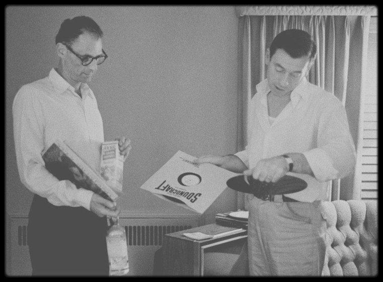 """1960 / Deux couples en toute simplicité ; les choses de la vie... Yves MONTAND et Simone SIGNORET logeaient au bungalow n° 22 du """"Beverly Hills Hotel"""" ; celui de Marilyn et MILLER était le n° 21. Ils se retrouvaient souvent ensemble, pour dîner, discuter ou partager des moments musicaux ; MONTAND tournait alors """"Let's make love"""" avec Marilyn, Simone accompagnait son mari à Hollywood où elle reçut l'oscar de la meilleure actrice pour son rôle dans le film """"Les chemins de la haute ville""""."""